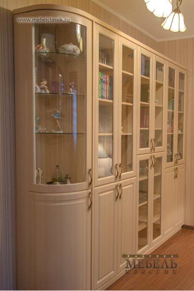Книжный шкаф с радиусными дверями.